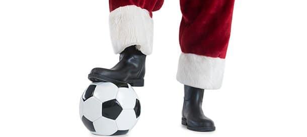 Gambe di Babbo Natale con pallone da calcio. Le tradizioni natalizie di Nedved