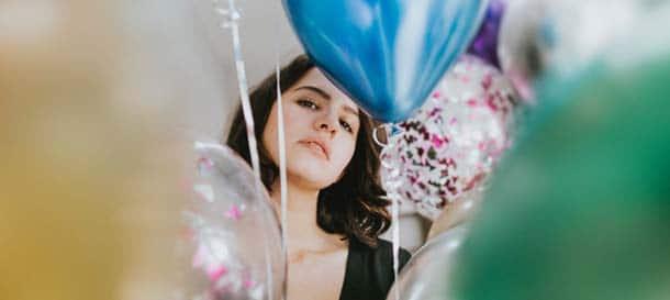 15 febbraio San Faustino, una ragazza sola in mezzo ai palloncini