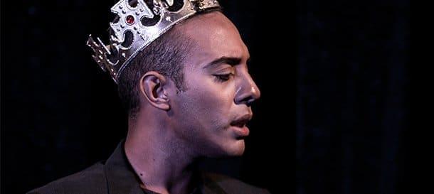 attore di teatro contemporaneo con corona